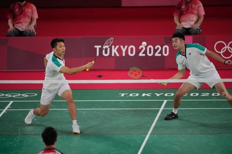 台灣男子雙打選手李洋(左)與王齊麟(右)27日在東京奧運羽球男雙小組賽激戰3局後獲勝,晉級8強。(美聯社)