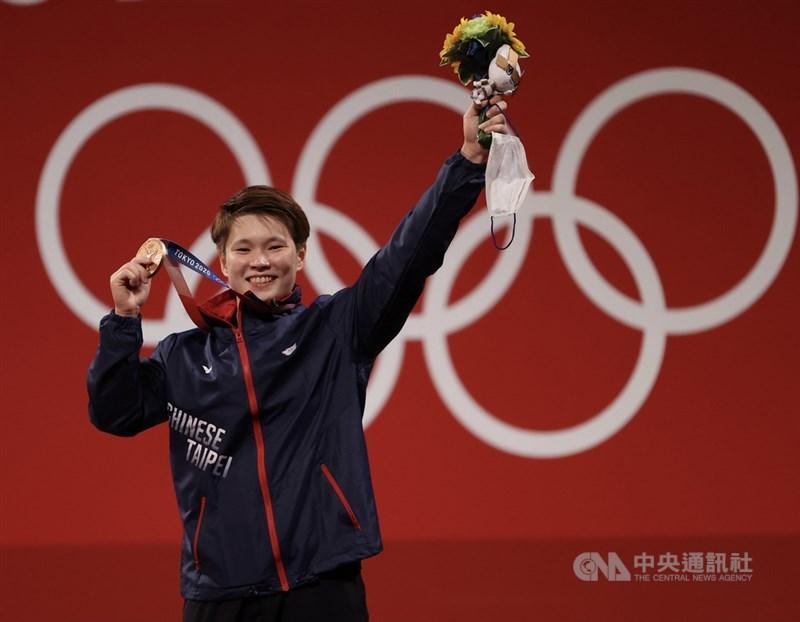台灣舉重女將陳玟卉27日在東京奧運女子舉重64公斤級扮演黑馬,以抓舉103公斤、挺舉127公斤、總和230公斤奪銅,這面銅牌是台灣代表團在本屆奧運的第6面獎牌。中央社記者吳家昇攝 110年7月27日