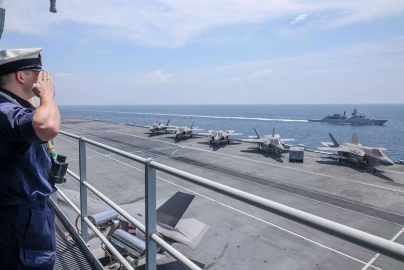 英國皇家海軍最新打造的「伊麗莎白女王號」打擊群27日穿越馬六甲海峽,進入中國與周邊國家有主權爭議的南海水域。官方推特發布與馬來西亞及新加坡海軍共同航行的畫面。(圖取自twitter.com/HMSQNLZ)
