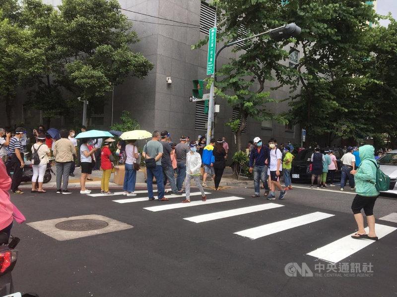 新北市議員李坤城指出,市立聯合醫院三重院區28日出現排隊免預約打疫苗狀況,有引發群聚危險。(李坤城提供)中央社記者王鴻國傳真 110年7月28日
