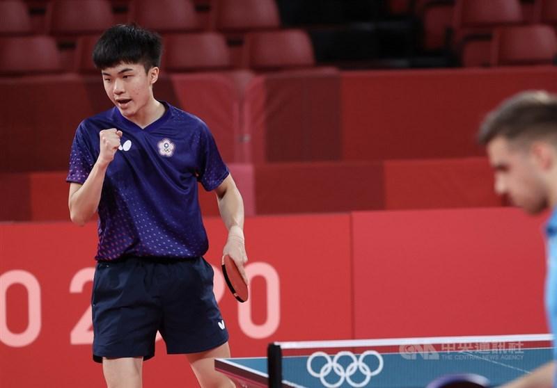 有「桌球神童」封號的台灣19歲桌球好手林昀儒(左)28日出戰東京奧運桌球男單8強賽,僅花25分鐘就以直落4擊敗對手,順利晉級4強。中央社記者吳家昇攝 110年7月28日