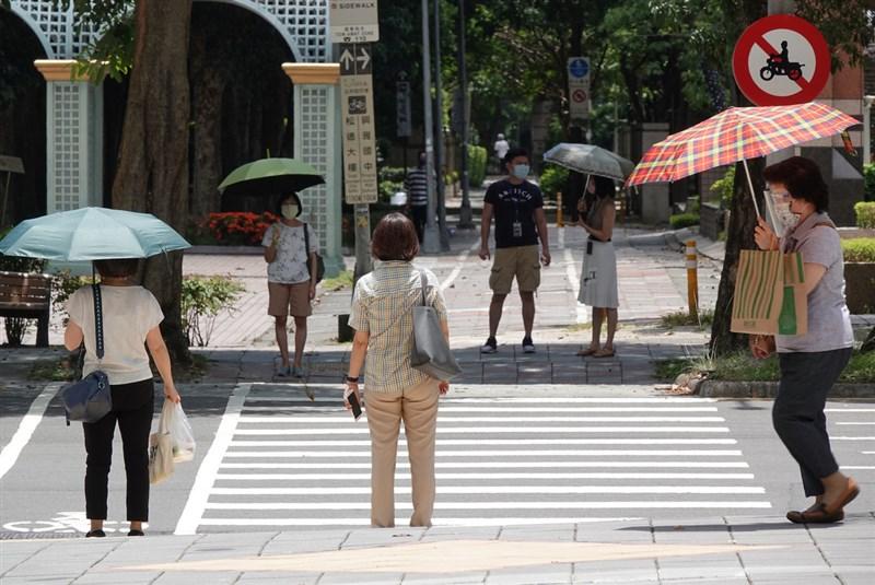 中央氣象局表示,28日天氣炎熱,大台北及桃園甚至有局部38度極端高溫發生的機率。(中央社檔案照片)