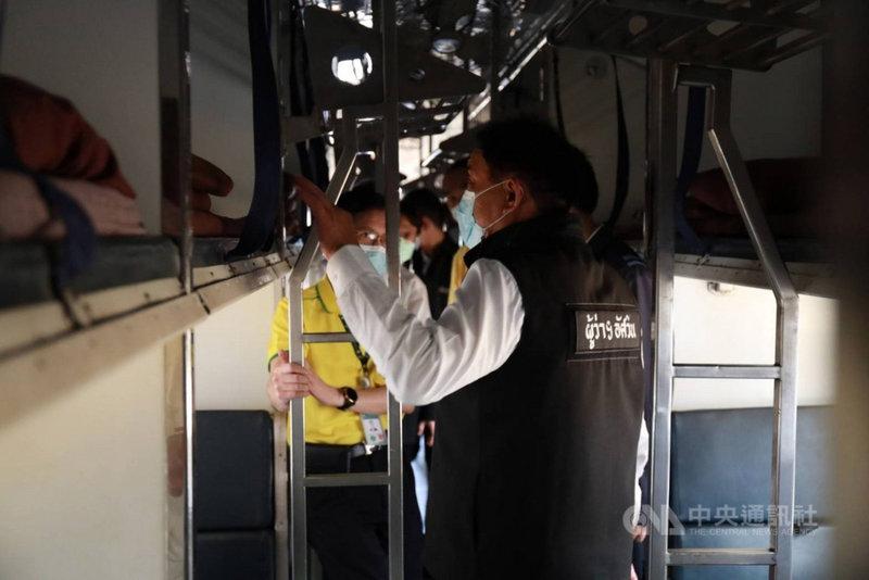 曼谷醫療體系超載,許多確診病患等不到病床,曼谷市政府改裝舊火車車廂,用來隔離輕症或無症狀病患。圖為曼谷市長阿斯文27日視察舊火車改裝狀況。(曼谷市政府提供)中央社記者呂欣憓曼谷傳真 110年7月28日