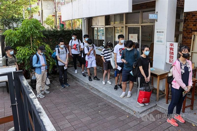 因COVID-19疫情延後的110學年度指定科目考試28日登場,台北市建國中學考場一早就有不少學生排隊等待進入考場。中央社記者鄭清元攝 110年7月28日