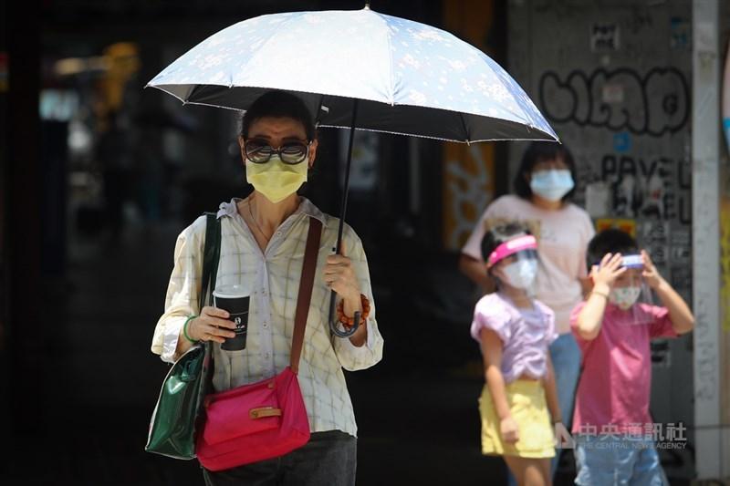 氣象局28日表示,西南風影響及午後對流雲系發展旺盛,易有短延時強降雨,高雄可能有豪雨發生,新北以南、宜花東等13縣市防大雨。中央社記者王騰毅攝 110年7月28日