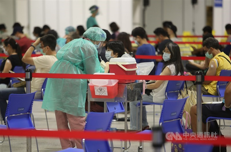 COVID-19疫苗預約平台新增選擇接種高端疫苗選項,27日下午2時至28日下午1時,有意願接種高端疫苗總計49萬6843人。圖為台北市花博大型接種站。(中央社檔案照片)