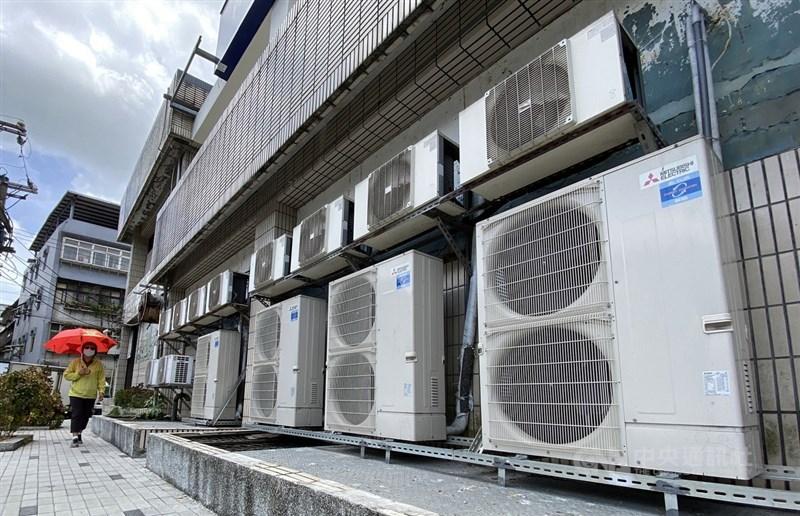 高溫炎熱推升用電需求,經濟部28日表示,27日用電量達3884.4萬瓩、28日則是3863.7萬瓩,分別位居歷史尖峰用電最高與次高紀錄。(中央社檔案照片)
