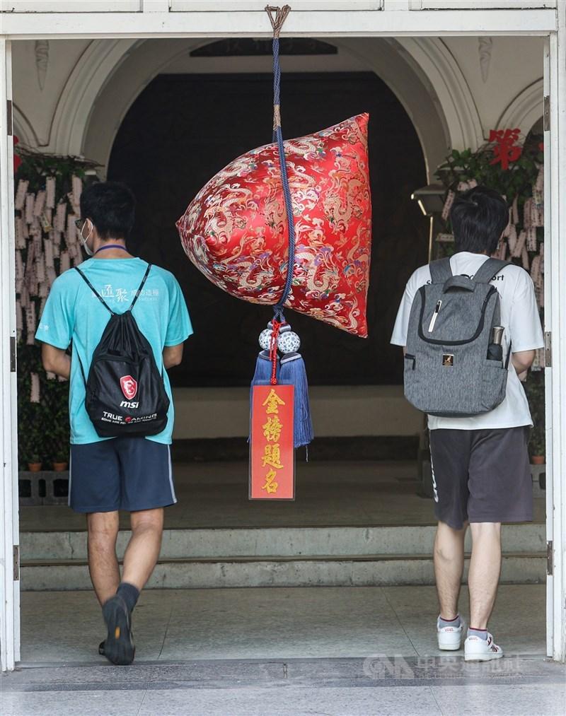 大學指考28日登場,台北有考場高掛「包粽」,祝福所有考生「包中」、金榜題名。中央社記者鄭清元攝 110年7月28日