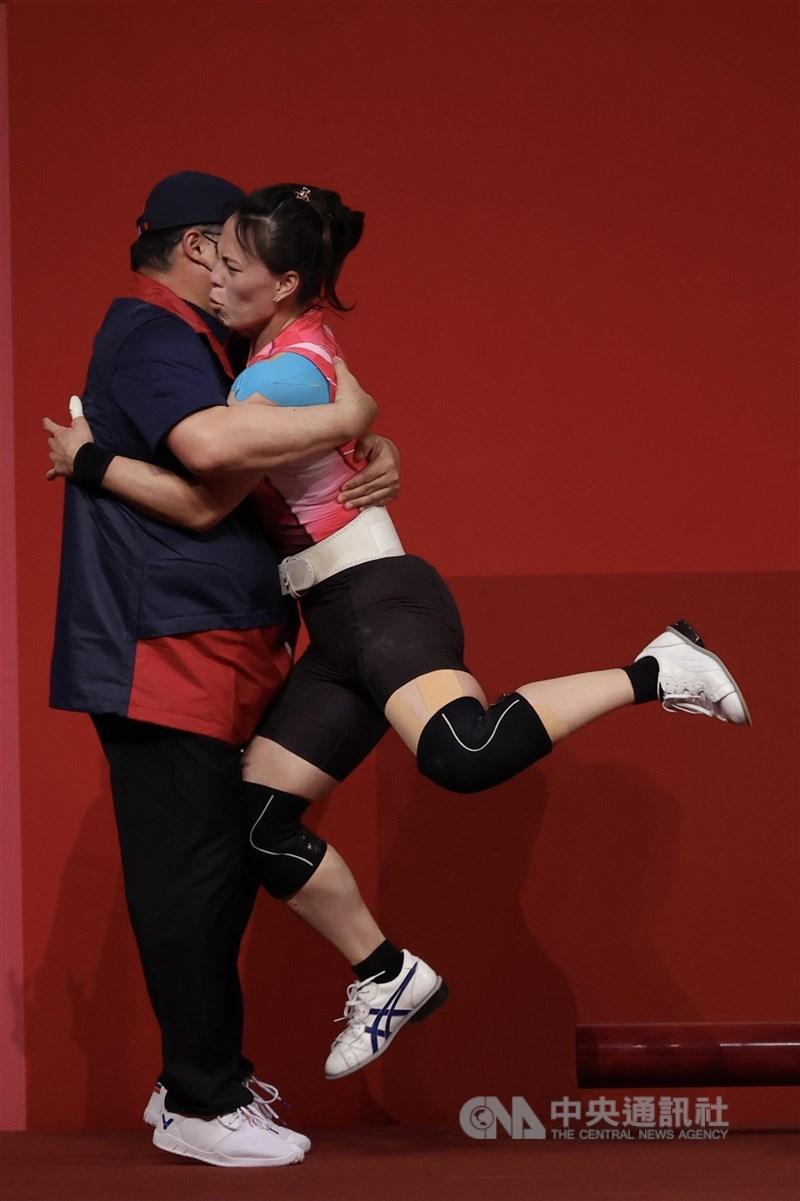 台灣「舉重女神」郭婞淳(右)27日順利拿下東京奧運女子舉重59公斤級金牌,也是台灣本屆奧運首面金牌,賽後與教練相擁。中央社記者吳家昇攝 110年7月27日
