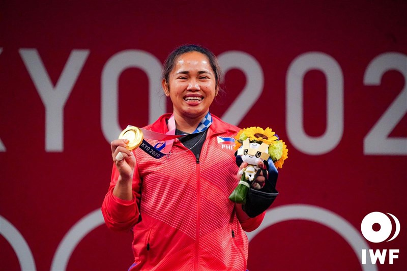 菲律賓30歲舉重選手狄亞士26日以總和224公斤,在東京奧運女子55公斤級項目拿下冠軍,並刷新奧運紀錄。(圖取自twitter.com/iwfnet)