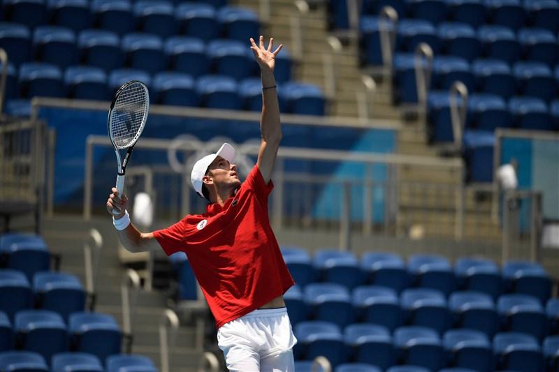 俄羅斯網球名將梅迪維夫28日在東京奧運男單賽飽受高溫所苦,鏖戰3盤才挺進8強。(圖取自twitter.com/ITFTennis)