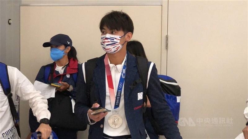 台灣選手東京奧運表現亮眼,包括楊勇緯(中)、羅嘉翎和方莞靈等18人28日返回台灣,疫情指揮中心指揮官陳時中重申,完整施打2劑COVID-19疫苗的國手,入境免檢疫。中央社記者吳睿騏桃園機場攝 110年7月28日