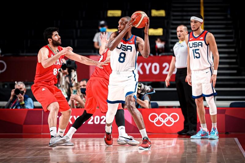 美國男籃首戰意外敗給法國,28日則輕鬆以120比66擊敗伊朗,其中密道頓(中)與布克(右1)等6人得分都達雙位數,助美國隊拿下東京奧運首勝。(圖取自twitter.com/usabasketball)