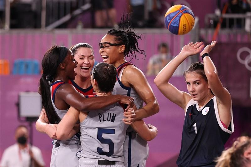 東京奧運3對3籃球女子組決賽28日登場,美國隊以18比15打敗俄羅斯奧會,拿下這個項目的首面金牌。(圖取自twitter.com/usab3x3)