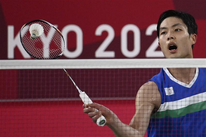 台灣羽球一哥周天成(圖)28日在東京奧運男子單打小組賽,激戰三局後擊敗加拿大華裔好手楊燦,提前晉級8強。(法新社)