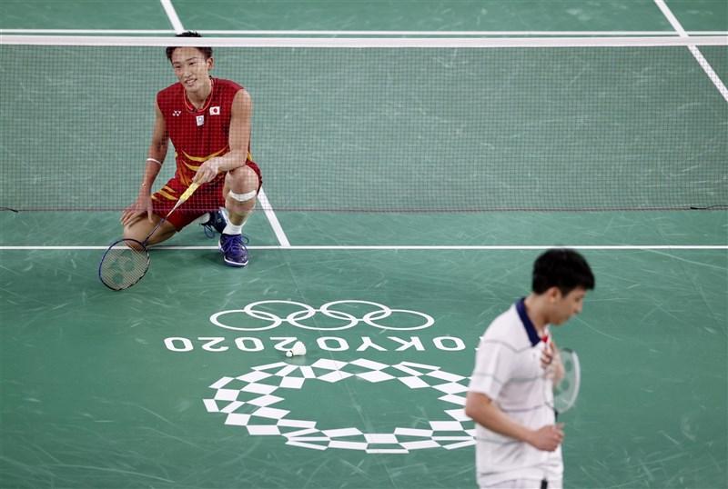 世界排名第一的日本地主羽球名將桃田賢斗(紅衣)28日敗給韓國隊非種子球員許侊熙,在男單小組賽淘汰出局。(共同社)