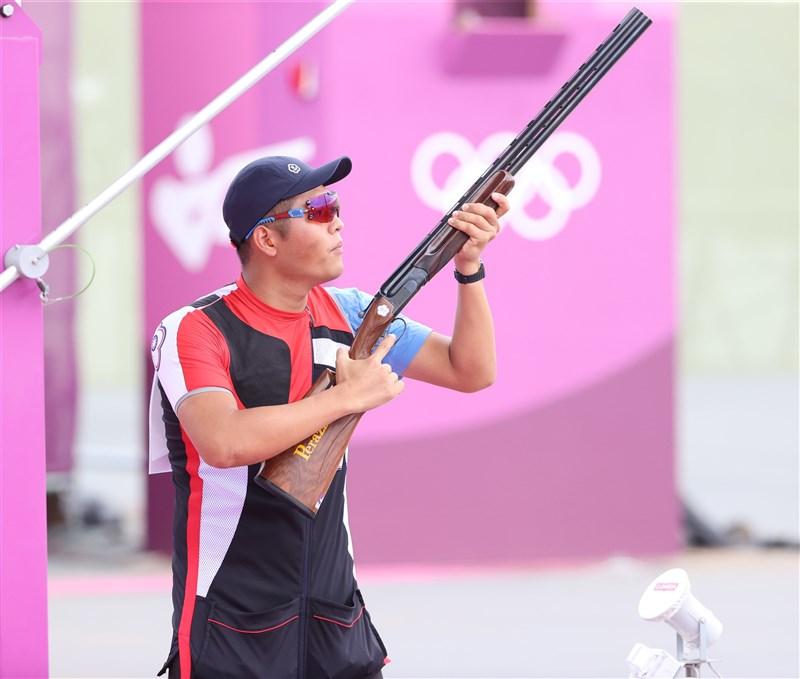 楊昆弼28日在東京奧運男子不定向飛靶資格賽首輪射出滿靶25分,表現亮眼,前3輪合計72分、暫居第21,29日還將進行2輪資格賽,得力拚前6名才能晉級決賽。(體育署提供)