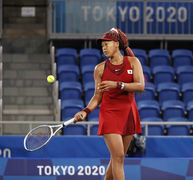 日本網球名將大坂直美27日在東京奧運女單第3輪賽事表現失常,比賽進行68分鐘就落敗。(共同社)