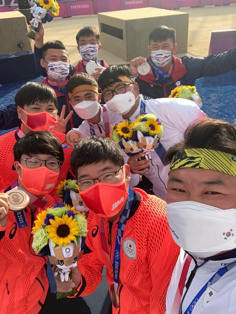 台灣射箭男團代表隊在東京奧運奪銀,賽後與奪金的韓國、摘銅的日本射箭男團自拍合照,引發討論。亞洲射箭聯盟27日在臉書公開合照「正面照」。(圖取自facebook.com/WAAsiaofficial)
