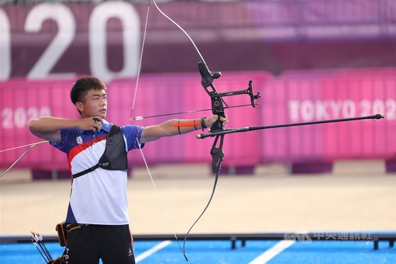 台灣射箭選手鄧宇成29日在東京奧運射箭男子個人64強賽不敵印度選手,無緣32強。圖為26日賽場上鄧宇成神情專注。(中央社檔案照片)