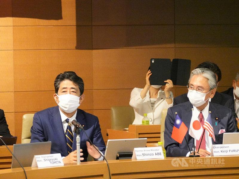 首屆「台美日國會議員戰略論壇」視訊會議29日登場,前日本首相安倍晉三(左)致詞時說台灣極為重要,日美等有共同理念的國家對香港現狀很擔憂,認為在香港發生的事絕不能在台灣發生。中央社記者楊明珠東京攝 110年7月29日