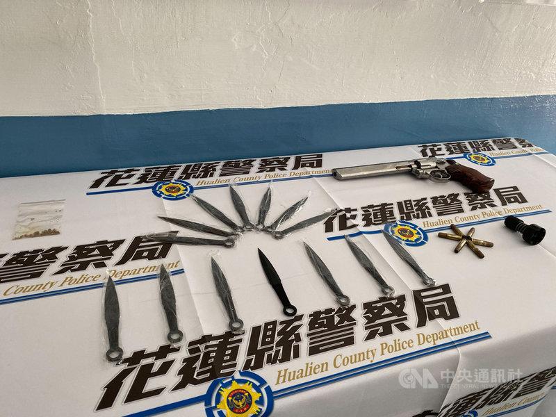 花蓮警方4月在轄內破獲非法槍械製造工廠及販賣槍械案,經追查發現來源是新北市萬華區一名劉姓藥師,警方28日持搜索票於藥師住所查獲可疑毒品、模擬槍等物,訊後函送法辦。中央社記者張祈攝 110年7月29日