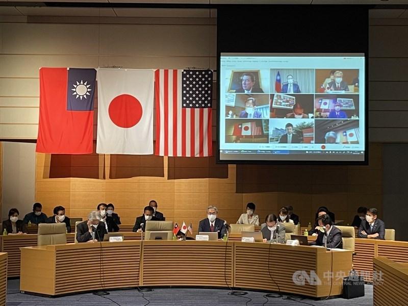 台灣、美國、日本重量級國會議員參加的首屆「台美日戰略對話」29日採線上會議方式舉行,共享民主等價值觀的台美日將更團結對抗中國。會議現場掛出三國國旗。中央社記者楊明珠東京攝 110年7月29日