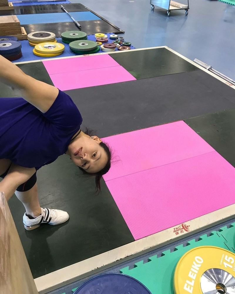 科技部團隊跟中科院攜手研發,為郭婞淳量身定製一張粉紅色的專屬地墊,這款避震減躁地墊不僅減少槓鈴落下時的反彈高度、降低意外發生機會,也可以減少選手因長期訓練所造成的聽力損傷風險。(圖取自instagram.com/kuohsingchun_official)
