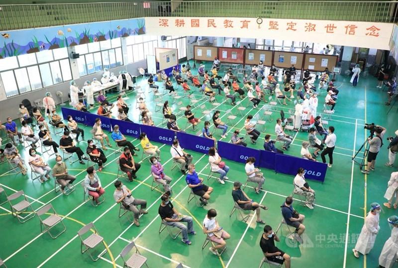 衛福部29日指出,台灣因疫苗逐續到貨且接種作業持續順利進行下,疫苗涵蓋率已達30%。圖為台中市疫苗施打情形。中央社記者趙麗妍攝 110年7月20日
