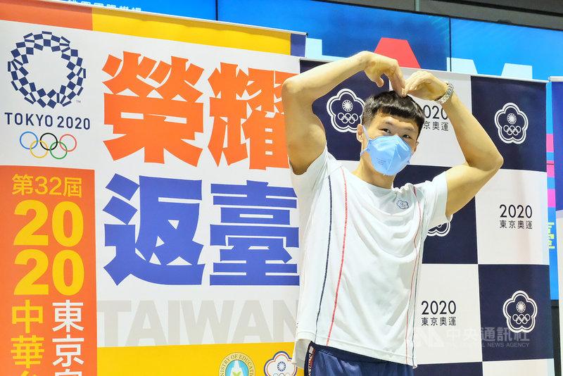 台灣體操好手「亞洲貓王」唐嘉鴻在東京奧運體操全能決賽拿下第7名,為台灣體操全能奧運最佳成績,他29日返台時表示,希望透過展演讓世界看到,「台灣也有這樣的全能選手」,未來不只是單槓,也會在全能方面繼續努力。中央社記者吳睿騏桃園機場攝  110年7月29日