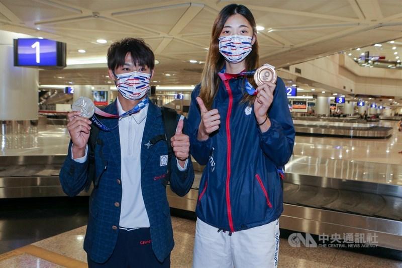 截至28日台灣選手在東京奧運已獲6面獎牌,創下歷屆新高。圖為柔道銀牌得主楊勇緯(左起)及跆拳道銅牌得主羅嘉翎返抵桃園機場。中央社記者吳睿騏桃園機場攝 110年7月28日