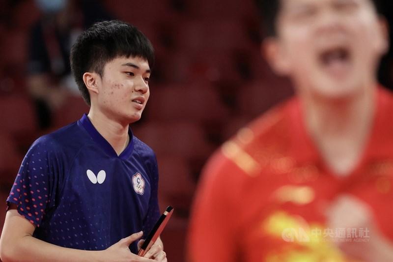 台灣桌球好手林昀儒(左)29日在東京奧運桌球男單準決賽,以3比4不敵中國頭號種子樊振東,未能闖進金牌戰,不過林昀儒仍有搶銅牌機會。中央社記者吳家昇攝 110年7月29日