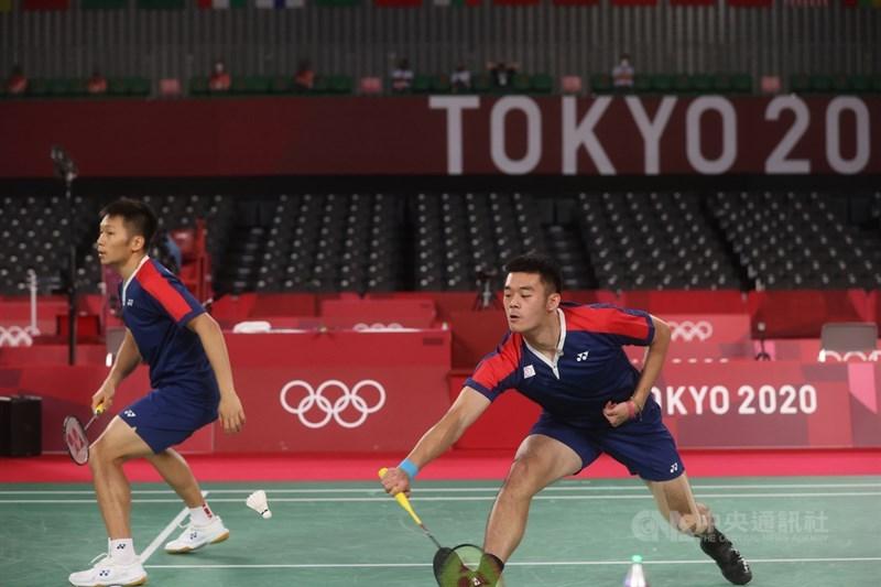 2020東京奧運羽球男雙29日進行8強對決,世界排名第3的台灣男雙組合王齊麟(右)與李洋(左),以21比16 、21比19扳倒地主日本的渡邊勇大與遠藤大由,成為台灣羽球史上第一對闖進奧運4強的球員。中央社記者吳家昇攝 110年7月29日