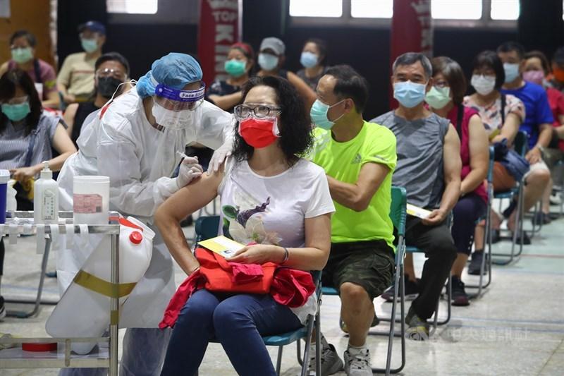 指揮中心29日下午公布,國內COVID-19疫苗累計接種758萬8692人次,疫苗涵蓋率30.97%。圖為新北市一處接種站醫護人員依序替民眾施打疫苗。中央社記者王騰毅攝 110年7月29日