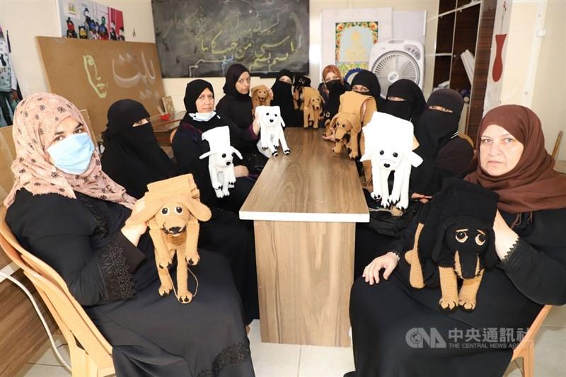台灣-雷伊漢勒世界公民中心2020年10月投入營運,初期訓練敘利亞婦女用棉線進行編織。一群參與計畫的婦女17日聚集編織「汪汪圍巾」。中央社記者何宏儒雷伊漢勒攝 110年7月29日