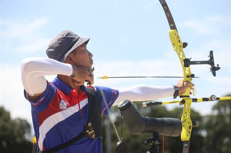 台灣射箭選手魏均珩29日東京奧運射箭男子個人64強賽,以積分6比2力退西班牙選手,勇闖32強。圖為23日比賽情形。(中央社檔案照片)