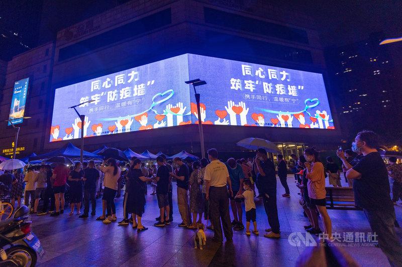 中國29日宣布接種COVID-19疫苗已突破16億劑,與此同時,南京20日爆發的Delta變種病毒本土疫情,已蔓延至15省26市。圖為28日晚上,南京民眾排隊接受核酸檢測。(中新社提供)中央社 110年7月29日