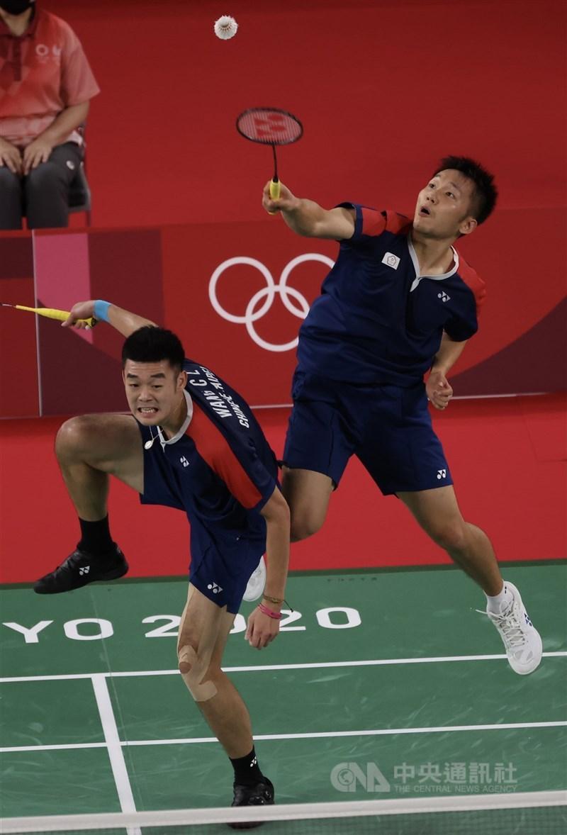 總統蔡英文指出,東奧29日台灣選手參與的賽事,場場扣人心弦。圖為羽球男雙李洋(右起)、王齊麟29日擊敗日本對手闖進4強。中央社記者吳家昇攝 110年7月29日