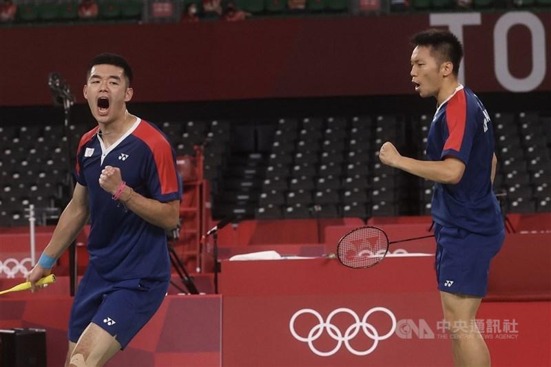 台灣羽球選手30日在東奧場上連傳捷報,男雙組合王齊麟(左)與李洋(右)打進決賽,創下台灣羽球紀錄,31日將搶金牌。戴資穎也首次進入奧運女子單打4強賽。 中央社記者吳家昇攝  110年7月29日