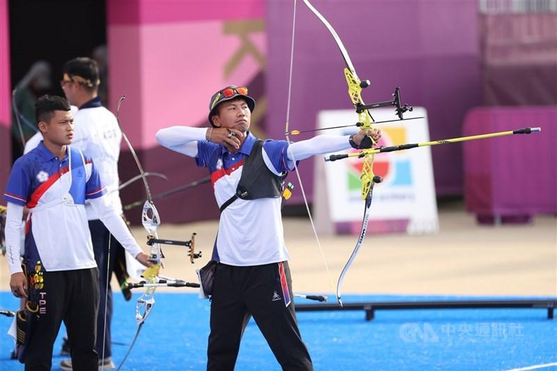 台灣射箭選手湯智鈞(前左)29日在東京奧運射箭男子個人賽晉級32強,將對決隊友魏均珩(前右),上演「台灣內戰」。圖為26日比賽情形。(中央社檔案照片)