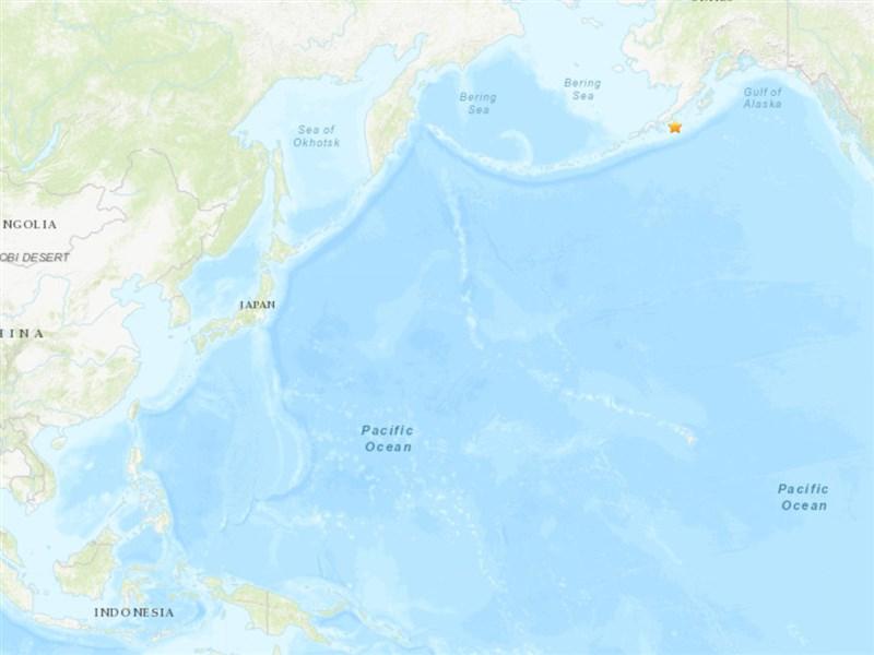 美國地質調查所28日表示,阿拉斯加半島發生規模8.2地震(星號處),美國海嘯警報系統對關島等地發布海嘯警報。(圖取自USGS網頁earthquake.usgs.gov)