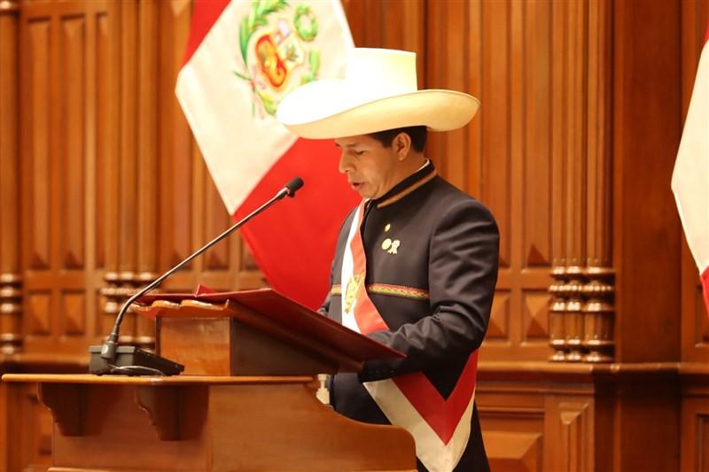 秘魯新任總統卡斯蒂28日宣誓就職,成為3年來第5位總統,他承諾終結貪腐並制定新憲法。(圖取自twitter.com/PedroCastilloTe)