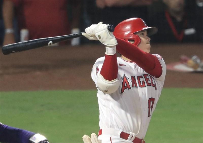 MLB洛杉磯天使隊大谷翔平28日再度展現重砲實力,在與科羅拉多洛磯系列賽最後一戰炸裂全場,讓主場觀眾陷入瘋狂。(共同社)