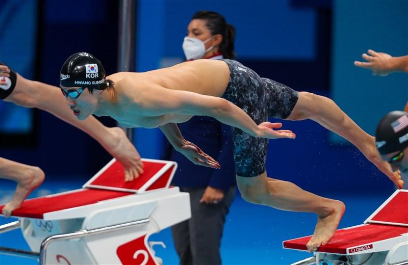 18歲的韓國游泳新星黃宣優(前中)29日在東京奧運男子100公尺自由式決賽中成績無緣獎牌,但仍創下69年來亞洲選手最佳成績。(圖取自twitter.com/olympiko)