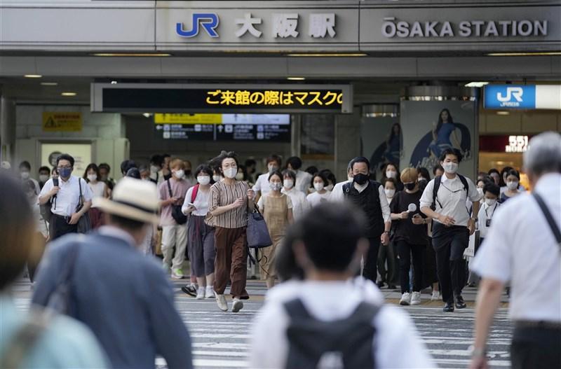 日本政府擬將東京都與沖繩縣的緊急事態宣言期間延長到8月31日,並納入大阪府以及鄰近東京的首都圈3縣。圖為7月29日的大阪街頭。(共同社)