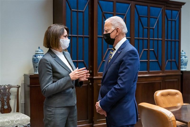 美國總統拜登(右)28日在白宮會見白俄羅斯反對派領袖季哈諾夫斯卡婭(左),藉此表達力挺白俄泛民主派的抗爭。(圖取自twitter.com/POTUS)