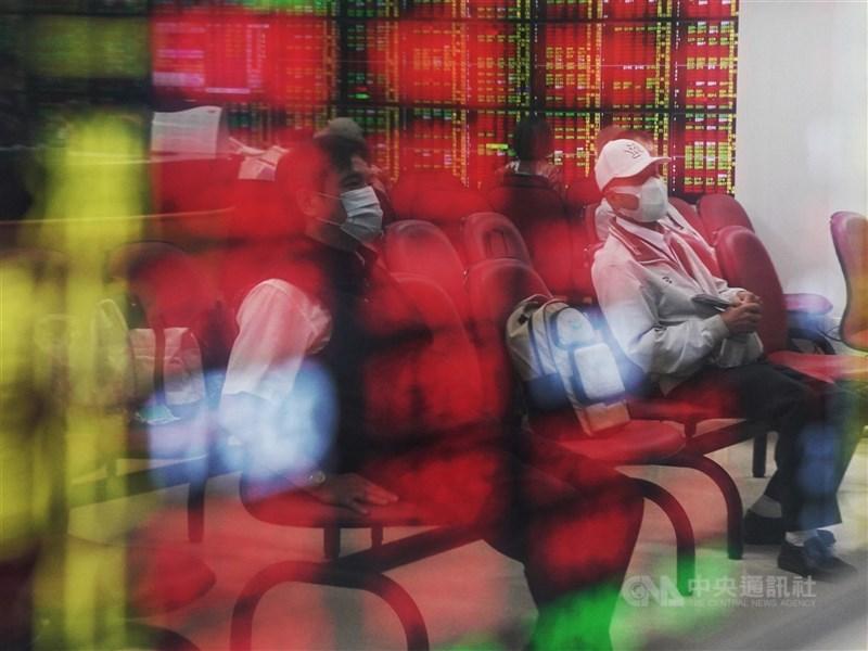 台股28日帶量下殺,29日開盤受惠電子與航運族群點火,指數一度大漲逾150點,(中央社檔案照片)