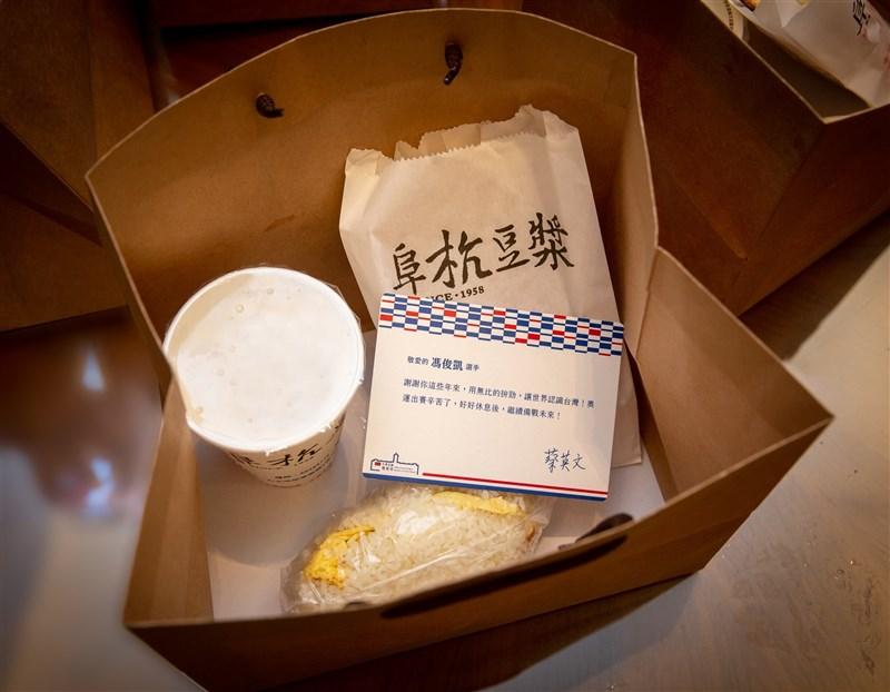總統蔡英文29日在臉書上表示,台灣英雄陸續回國,送上「奧運英雄限定版早餐」,包括知名的阜杭豆漿、老天祿滷味等。(圖取自facebook.com/tsaiingwen)