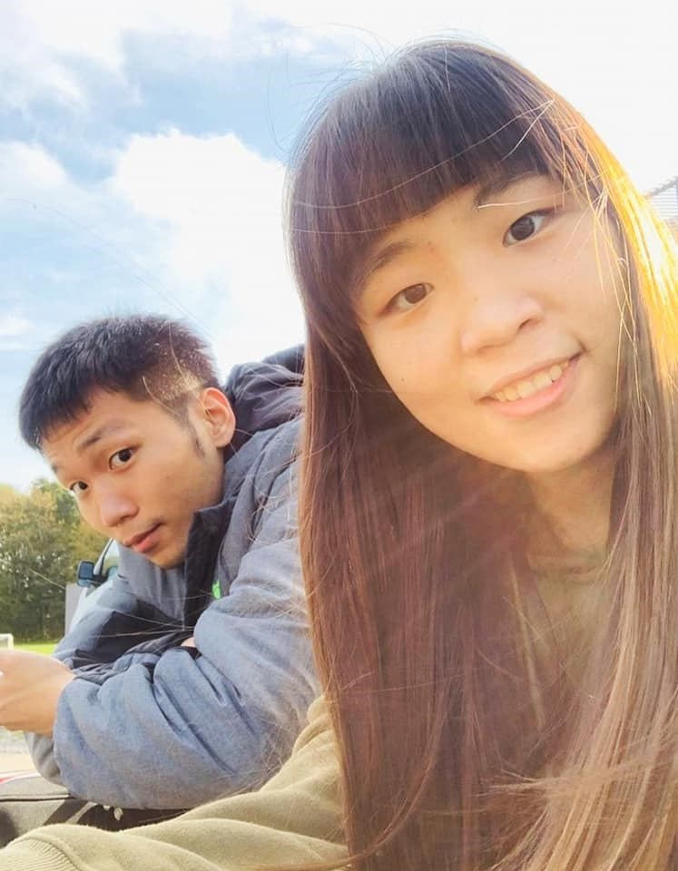 台灣男雙組合「麟洋配」王齊麟與李洋29日橫掃地主日本組合晉級4強,李洋日前則在臉書上分享妹妹李芷蓁合照(圖),與妹妹寫的親筆打氣信。(圖取自facebook.com/leeyang0812)