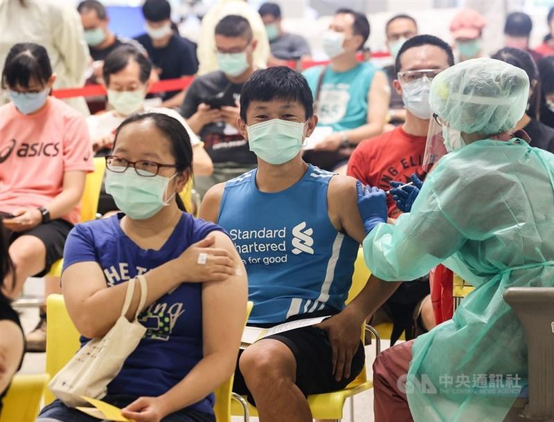疫情指揮中心指揮官陳時中29日表示,台灣整體疫情還是朝向可控制方向。圖為民眾在花博爭艷館大型接種站依序就座,由醫護上前施打疫苗,不少人皆是神色輕鬆。中央社記者鄭清元攝 110年7月29日